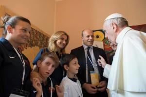 """TMO002 CIUDAD DEL VATICANO (VATICANO), 09/06/17.- Fotografía cedida por el periódico vaticano L'Osservatore Romano hoy, 9 de junio del 2017, que muestra al Papa Francisco (d) conversando con varias personas durante su visita al palacio San Calixto con motivo de la inauguración de la institución educativa """"Scholas Occurrentes"""" en el Vaticano hoy, 9 de junio del 2017. (**ATENCIÓN EDITORES: USO EXCLUSIVO PARA LA NOTICIA QUE ACOMPAÑA**) EFE/OSSERVATORE ROMANO/FOTOGRAFÍA CEDIDA/SÓLO USO EITORIAL/PROHIBIDA SU VENTA"""