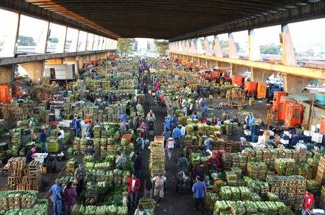 Brasil, São Paulo, SP. 28/06/2006. A CEAGESP (Companhia de Entrepostos e Armazéns Gerais de São Paulo) completa 40 anos e é um dos maiores centros atacadistas de alimentos do mundo. São mais de 10 mil toneladas de frutas, verduras, flores, legumes e pescado que passam pela CEAGESP diariamente. - Crédito:AGLIBERTO LIMA/ESTADÃO CONTEÚDO/AE/Codigo imagem:16626