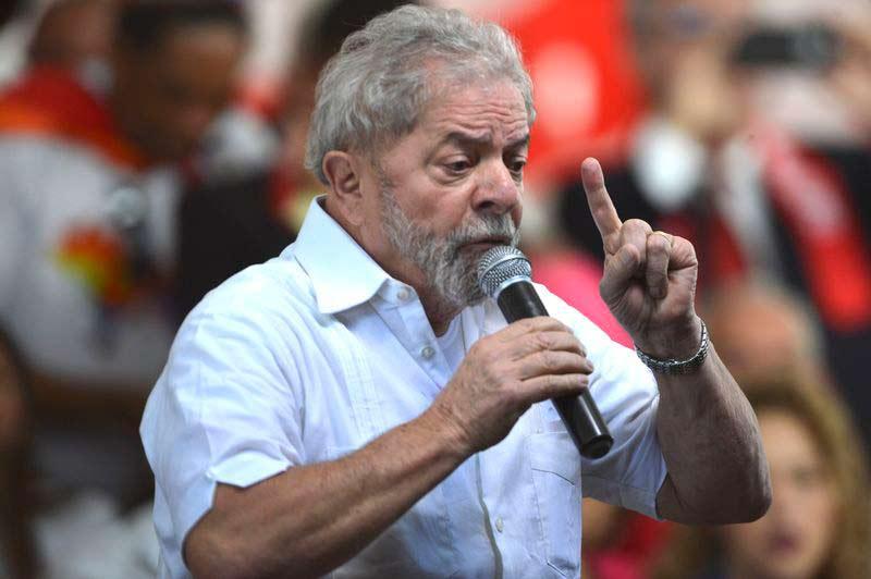 Lula discursa durante manifestação contrária ao impeachment
