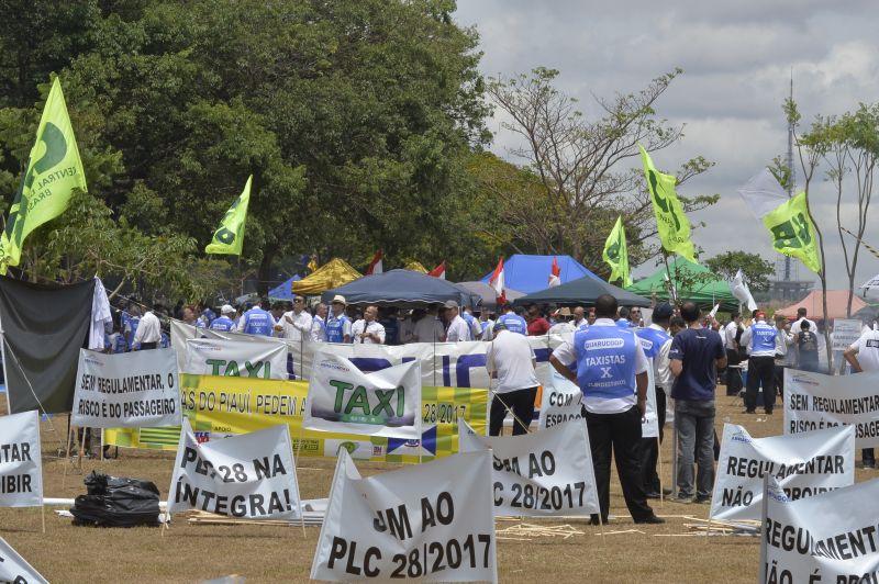 31/10/2017 Crédito: Marcelo Ferreira/CB/D.A Press. Cidades. Manifestacoes do uber e dos taxistas na esplanda. taxistas colocam faixas proximo ao Congresso Nacional.